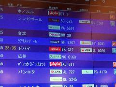 22:40 セキュリティチェックへ。出発時刻が10分繰り上がっていた。   日本人の出国審査は,機械読み取りのセルフ方式。パスポートに査証印だけもらい,シャトルで31番ゲートへ
