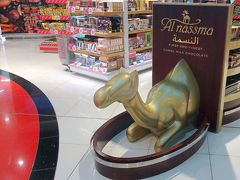免税店でドバイ土産をチェック。夏なので買わなかったが,このアルナスマ(Al-Nassma)は,世界で唯一ラクダミルクを使用したチョコレートとして人気らしい。ラクダ型もある。