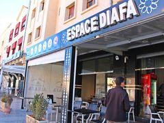 13時前にミデルト(Midelt)の町に到着し、昼食休憩。 ハミドが食事場所として案内してくれたのは、町中のローカルな食堂。  因みに6年前(2012年)のモロッコ旅でのハミドのセレクトはいわゆる観光レストランが多かったのだが、私的にはこんな風にローカルな食堂の方が嬉しいし、地元感があって良いと思う。