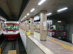 元日比谷線の車両に揺られて長野駅に到着しました。 隣には元小田急ロマンスカーが停車していてお互いに「第二の職場」で初顔合わせです。