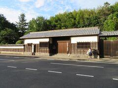 バス停前の道路を挟んで向かい側には田部美術館。  (つづく)