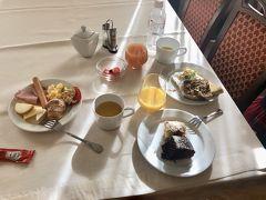 朝食は種類が多くて、毎朝とても楽しみでした。生野菜、フルーツがあるのも嬉しいです。  朝食は7時からやっていました。