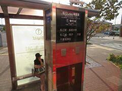 乗車したバス停は松江城の北側。バスは松江城の西側を南下し、一畑電鉄の松江しんじ湖温泉駅前にも立ち寄ります。