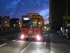 やって来たぐるっと松江レイクラインは「夕日鑑賞コース」のバス。 宍道湖大橋を渡った対岸に夕日公園のバス停があって、夕日の時刻に合わせてレイクラインのバスもそちらを迂回して来ます。 乗り込んだバスは立ち客もいるくらいの混雑でしたが、みなさん、夕日を見てきたのかな?