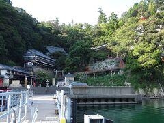 竹生島に着きました。 小さな島ですが1000年以上の歴史があり、国宝や重要文化財とされる神社やお寺があるパワースポットです。