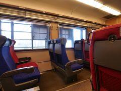 そう。「指定席Uシート用のリクライニングシート」になっているんです!しかもエアポート以外の列車に入る時は「自由席」となる為とてもお得感があります。  駅を通過するシーンのそれはもう、特急列車そのもの。