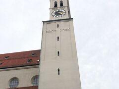聖ペーター教会             マリエン広場の南。1181年に創建された,ミュンヘンで最も古い教会。当初はロマネスク様式で建てられ,その後改築され,ゴシック,ルネサンス,バロックなどの様式が混在。戦災で壊滅し,現在の建物は2000年に復元されたもの。高さ92mで,8つの時計と8つの鐘がある塔は,アルト・ペーター(老ペーター)の愛称で親しまれている。   16:30    少し並んで,塔の下で入場料3ユーロを払って,302段の階段を昇る。