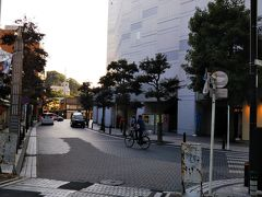 駅前には「横須賀芸術劇場」があり、「どぶ板通り」も近い。