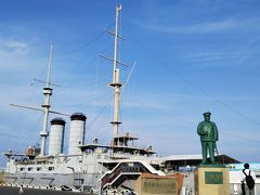 そして、三笠公園に到着☆  ここで説明しよう! 「三笠」とは当時の大日本帝国海軍の戦艦の名前で、当時、イギリスで製造され、母港は舞鶴港、三笠という名前は奈良県にある山の名前からとった戦艦である。 日露戦争ではロシアのバルチック艦隊を日本海で打ち破り、その指揮を執ったのが、東郷平八郎である。  その勝利を記念して作られたのが、この公園である。