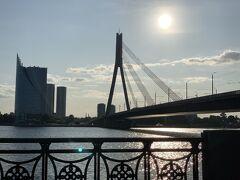 18:35ダウガヴァ川沿いを歩きました。天気もいいし、湿度もないので爽やか!観光船もいました。気持ちい~~い。見えているのは『ヴァンシュ橋』