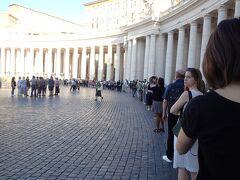 バチカンに来ました。サンピエトロ大聖堂に入るセキュリティーチェックの列です。8時くらいでもこんな行列。でも、意外に早く進みました。
