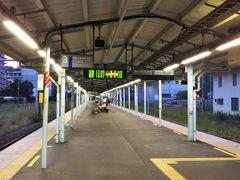 久里浜駅から電車に乗り、横須賀駅到着☆ 駅のホームといい、人の少なさといい、ちょっと寂しい。 ちなみに、久里浜駅からここまでは単線区間である。