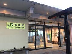 売店の右手にあるこちらが富岡駅舎の入口。 無人なのか、改札はなくドアを開けてホームへ行くスタイルでした。