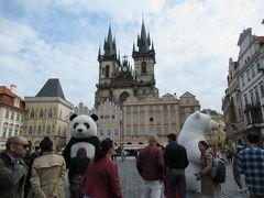 再び旧市街広場へ。ネットでもよく見かけた巨大パンダや白熊の着ぐるみが。  この日は12時に市民会館のガイドツアーを予約していたので、旧市街を中心に観光しました。