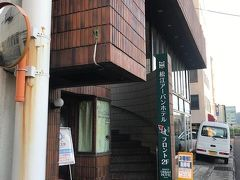 入り口はこちら。フロントは2階です。 カプセルルーム(女性フロア)は1泊3240円でした。やっすい!