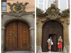 旧市街広場から市民会館へと続くツェレトナー通りへ。この通りにも重厚な扉がいっぱい。