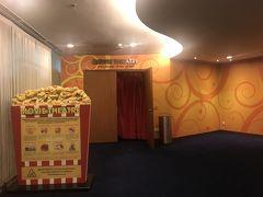 無料で入れる映画館。ジャングルクルーズ上映してました。字幕がほしい。  8時半、シンガポール出発、16時10分関西国際空港着。