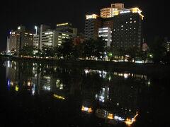 ひろしまお好み物語からホテルまで歩いて行きます。 太田川が形成する広島デルタの6河川のうち最も東側を流れる猿猴川(えんこうがわ)を渡ります。 「伝説上の動物・猿猴が棲む」というのが名称の由来。 猿猴(えんこう)は広島県及び中国・四国地方に古くから伝わる伝説上の生き物。河童の一種。  一般的にいう河童と異なるのは、姿が毛むくじゃらで猿に似ている点である。金属を嫌う性質があり、海又は川に住み、泳いでいる人間を襲い、肛門から手を入れて生き胆を抜き取るとされている。女性に化けるという伝承もある。