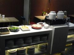 中国の朝食は野菜いが豊富。 豆乳、牛乳はあるがコーヒーはないので 日本から持参して良かった。