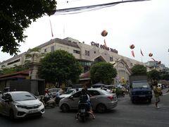 ひたすらに真っすぐ道なりに進むと、左手に「ドンスアン市場Dong Xuan」へ到着!