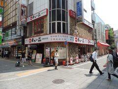 続いて、北東側に進みまして、天下一品ラーメンの前の交差点。  この付近から歌舞伎町と言われるエリア。
