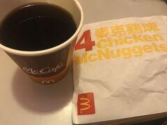 ホテルで提供された朝食(マクドナルド)として チキンナゲットとコーヒーを部屋でいただきました。