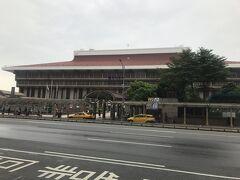 台北駅を見ながら東に歩いて向かいます。