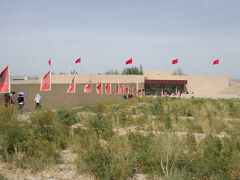 玉門関の建物の手前に、自然に溶け込むように近代的なビジターセンターが作られていた。 こんな砂漠のど真ん中でも、トイレは素晴らしくきれい。 そこかしこに立てられた旗だけはちょっと余計なきがしてしょうがないけど。