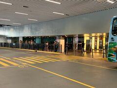 チェックアウトして、 シティオブドリームズ内のシャトルバス乗り場へ。 空港、タイパフェリーターミナル、ボーダーゲート、 マカオフェリーターミナル行きのシャトルバスがありました。  この時点で、行きと同じくバスで香港へ行くのか、 フェリーで香港へ行くのか何も考えてない…  バスだと空港に行って、そこからまたホテルまで行かなければなのでフェリーで行くことにしました。