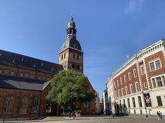 10:09左側『リーガ大聖堂』、右側『リーガ証券取引所』、 広場から写真