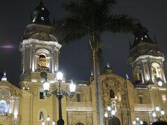右は、南米で最も古いカテドラル とも言われるリマ大聖堂( 'ω' )   ここにはインカ帝国を滅ぼした フランシスコ・ピサロの遺体だと言われている ミイラがあるんだそう。  ライトで黄色いけど、 キレーな白い建物らしい(   ・ω・)  私の記憶のなかでも黄色なんだけどね(ノ∀`)