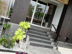 松江駅から徒歩で10分くらいかな?今回お世話になる「野津旅館」さんに到着! 私の代わりにキャリーバックで写メ。  とりあえずチェックインだけして、荷物を預けてすぐに松江観光に向かいます。
