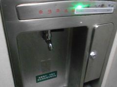 駅でセキュリティチェックの時に飲みかけの水があり 飲んでと言われ少し飲んだらO.K.と言われました。 大理駅から麗江駅行きの車両の中には 所々に給水装置が設置されていました。 熱湯も出ますので熱いお茶やカップラーメン もつくれます。