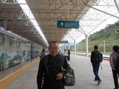 列車は2時間半ほどで麗江駅に到着しました。 きれいな駅です。 駅から正面の大きな道路にバスが5台くらい停まっています。 2台目が古城を時計周りに一回りしていくバスです。 女性ドライバーに紙に書いた行き先の 金安路にある金山安〇村を確認して 乗り込みました。 バスには4景とあり行き先にも表示してありました。 3元で殆ど渋滞もなしで45分位かかりました。 ホテルへのルートは遠回りしてバスが走ります。 乗り換えればもっと違うルートもありますが 良く分からないので乗り換えなしのを選びます。 観光がてら地図と照らし合わせて目的地に 着くとドライバーさんが教えてくれました。 その間に殆ど観光客は北なで降りて少なかったです。 10分位歩いてホテルに迷わずたどり着けました。 実はバスを降りてからスマホで現在地を確認していました。 百度地図を日本でダウンロードしていたのでWiFiなしでも 現在地は刻々と動いているのが分かります。 もうスマホなしではいられないようです。
