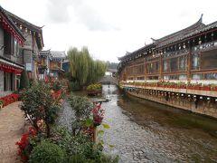 麗江古城は水路が多いしっとりと落ち着いた良い街です。 ブログには「最近は観光化されすぎて面白くない」と書かれて いましたがゆっくり歩いてみると風情がある良い街だと思いました。 しかも今まで行った古城より広くて面白かったです。