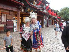 民族衣装で着飾ったお母さん(?)と娘さんが前から 歩いてきましたので写真を撮らせていただきました。 二人はカメラの前でポーズを作ってくれました。