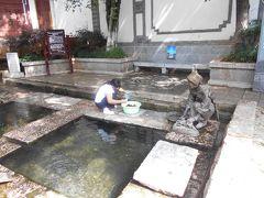 木府にも近い白馬龍単澤寺近くの大きめの井戸。 「三眼井」の井戸で実際に運動靴を洗っている お母さんを見ました。