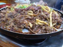 昼食:けいちゃん焼きで有名な「大安食堂」さんでお肉と野菜をじゅうじゅう焼いてボリュームランチ