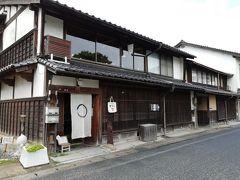 松江城に来たら、来たかったとこのひとつ「雑貨屋ちろり」さん。 てづくり雑貨が大好きなので松江に来たらどうしてもここに来たかった。 松江城のお堀が目の前にあります。なんともレトロなたたずまい。