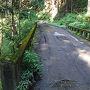 奥多摩の日原方面に車を走らせていくと倉沢谷の橋を渡り右折してすぐが駐車スペースです。 入ってすぐに停められず林道を少し走ってダートコースになったあたりでスペースに停められました。 入渓準備をして林道初めまで戻る。