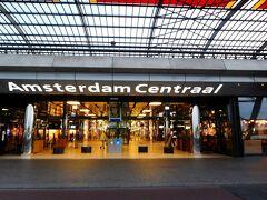 アムステルダム中央駅は、すっかり変わっていて、裏側に八重洲駅のような新しいビルができていた。多数のレストランあり。運河が見渡せるほか、(無料の)フェリー乗り場がある。