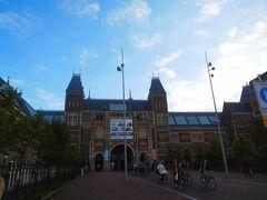 アムステルダム国立美術館。3日目の朝10時前。多数の通勤自転車が走り抜けてゆく。開門を待つ行列は短く、数十人で、ほとんど日本のツアー客。