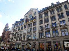 ダム広場に面しているマダム・タッソー・アムステルダム蝋人形館。大昔、ここにフェルメールの蝋人形があったのだが、窓口に聞くと、今はないとのこと。入館料が高く、時間もないので、見学せず。