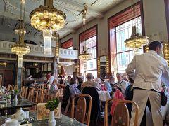 ツアーを終えるとちょうど1時。市民会館のカフェに来ました!ここもお目当ての一つ。お昼時なので混んでたけど、運よく壁際の席に座れました。