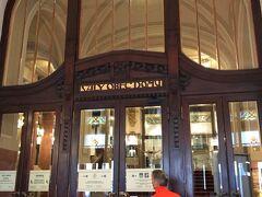 入った正面が プラハの春国際音楽祭が開かれるスメタナ・ホール。