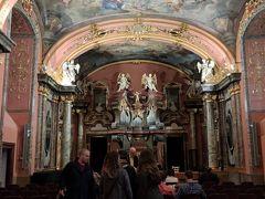 鏡の礼拝堂。ピンクと金が基調の優美な室内。