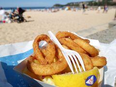 見ているとお一人ですごい量をお持ち帰りする客がいます。日曜だし家に持ち帰って家族で食べるのかな。この店は作り置きはせず注文を受けてから揚げている模様で、そりゃ時間がかかって当たり前。10分以上待ちやっとイカリングをGET。熱々の揚げ立てを手にビーチに移動し、浜辺でピクニックランチ。これは美味しい!イカは新鮮ぷりっぷり。サックサクの衣には小麦粉にコーングリッツを混ぜていると思われ、心地よい粒々感あり。人生最高のイカリングじゃないだろうか。フィッシュ&チップスも絶対美味しいだろうな。もらったチラシのソフトシェルバーガーもめちゃくちゃ美味しそう。近所に住んでいたら全メニュー制覇したい。