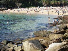 遊歩道を進んでいくと、こじんまりとした浜辺Shelly Beachに辿り着きました。家族連れでいっぱい。この広さなら保護者の目も行き届き、小さなお子さんでも安心して遊べますね。