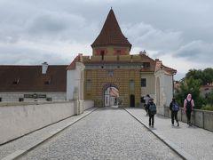 Český Krumlov, Špičák(シュピチャーク)でバスを降りて 後方の坂道から橋を渡ると可愛らしいブディェヨヴィツェ門 がお出迎え♪