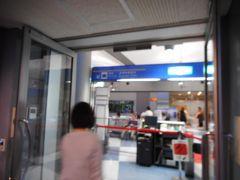 白浜空港に着陸した飛行機から空港ビルに入った所です。 紅いロープの先に居るのは、同じ飛行機の折り返しに乗り羽田空港へ行く乗客の皆さんです。